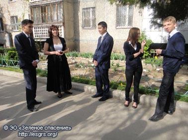 Елена Михайловна и их привела в Цветочный двор